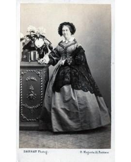Henriette Ancelin (née Aboilard) posant debout. 1860