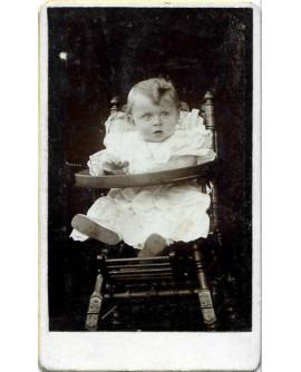 Bébé assis dans une chaise