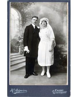 Couple de mariés posant debout