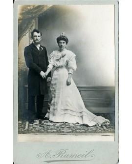 Couple de mariés debout