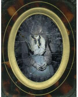 Femme assise portant une charlotte