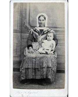 Nourrice avec bébé sur les genoux