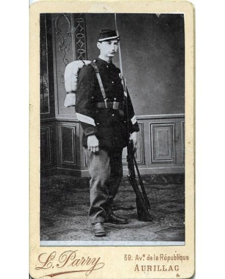 Militaire en tenue avec fusil et paquetage
