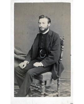 Homme barbu posant assis