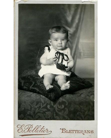Bébé assis sur un coussin