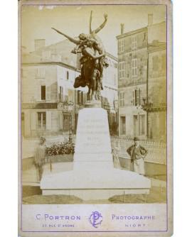 Homme debout à coté d'un monument à Niort