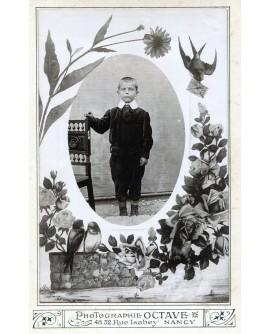 Jeune garçon debout. photo avec décors de fleurs et d'oiseaux