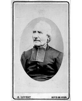 Portrait d'un prêtre en médaillon