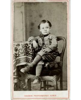 Jeune garçon assis sur une chaise