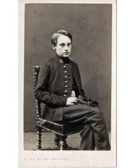 Jeune homme en uniforme