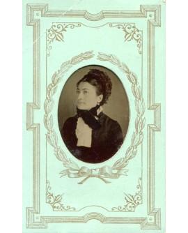Portrait d'une femme en médaillon. ferrotype