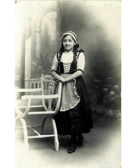 Jeune fille en tenue traditionnelle