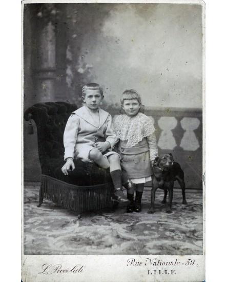 Couple d'enfants. Robert et Daniel Serine avec un chien