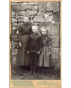 Trois enfants debout avec col marin