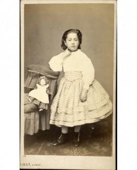 Petite-fille accoudée à un fauteuil,avec sa poupée