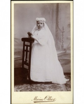 Communiante agenouillée sur un prie-dieu (Marie-Louise Vaisseau)