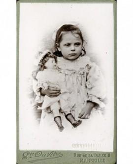 Petite fille et sa poupée (jouet)