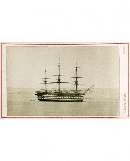 Bateau en mer sans voilure: Trois-mats