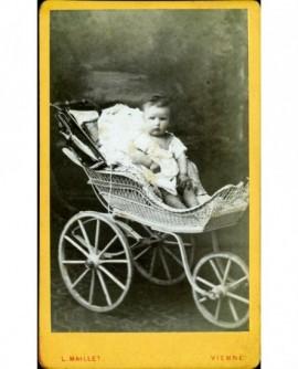 Bébé assis dans son landau