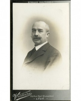 Homme chauve à moustache en pointes