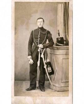 Militaire (hussard) debout la main sur son sabre