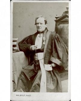 Juge en toge assis, décoré (cravate de commandeur de légion d'honneur)