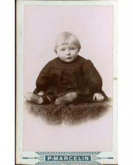 Jeune enfant assis