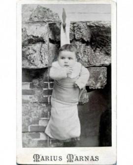Bébé accroché dans une chaussette. Madeleine Neyrel