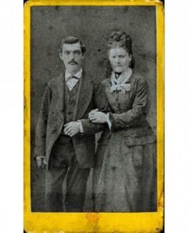 Couple se donnant le bras