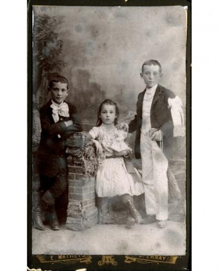 Trois enfants dont un communiant missel à la main