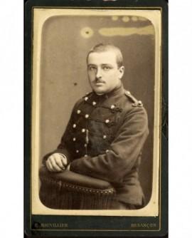 Militaire du 4ème d'artillerie, tenant sa baionnette