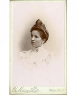 Portrait d'une femme en cheveux