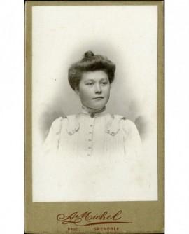 Portrait d'une jeune femme en cheveux, souriante