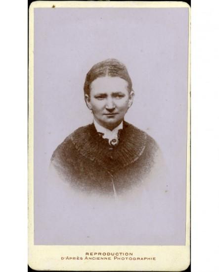 Portrait d'une femme fronçant les sourcils
