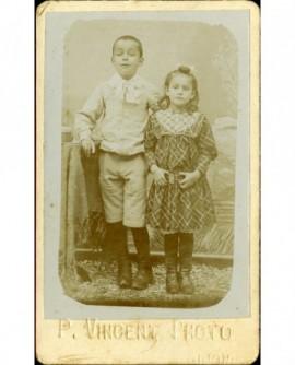 Deux jeunes enfants (frère et soeur?)