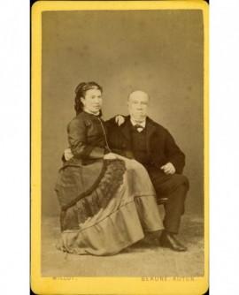 Couple âgé: homme chauve barbu, femme en châle