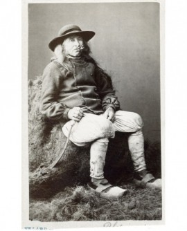 Homme en costume breton et en sabots, assis