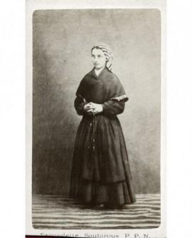 Bernadette Soubirous en paysanne, chapelet au bras