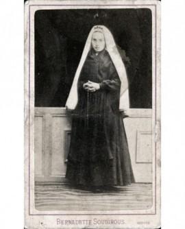 Bernadette Soubirous en religieuse, chapelet à la main