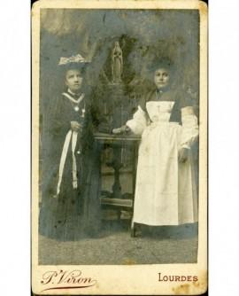 Deux femmes devant la grotte de Lourdes