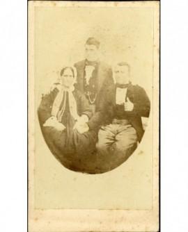 Famille (parents assis, fils debout derrière eux)
