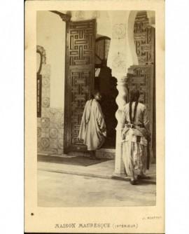 Maison mauresque à Alger avec deux femmes à tresse vues de dos