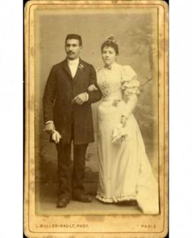 Couple de mariés (chacun avec une fleur d'oranger)
