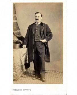 Homme moustachu debout, panama posé près de lui