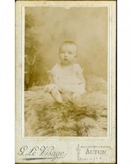 Bébé assis sur une fourrure