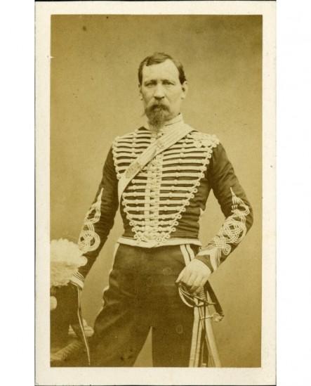 Militaire (hussard), tête nue, main sur son sabre