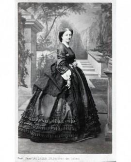 Femme en robe posant debout. Mme Marey Monge