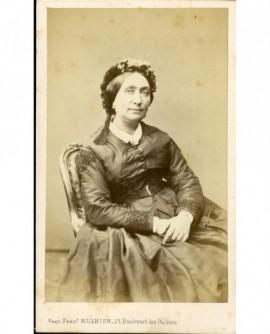 Femme à la toque assise, mains jointes