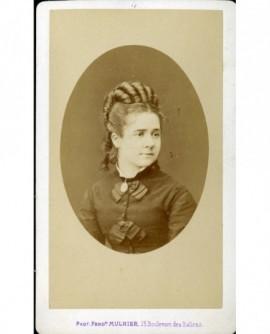 Portrait d'une femme aux anglaises