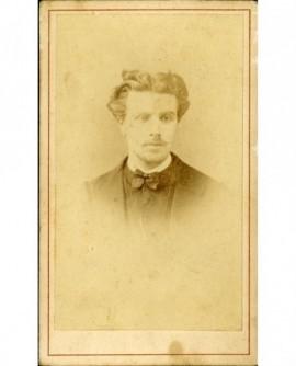Portrait d'un homme jeune à fine moustache